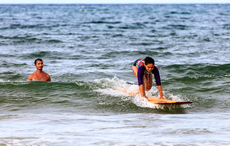 Mikee is being taught surf boarding by Andrew (Riza's ex!!!)